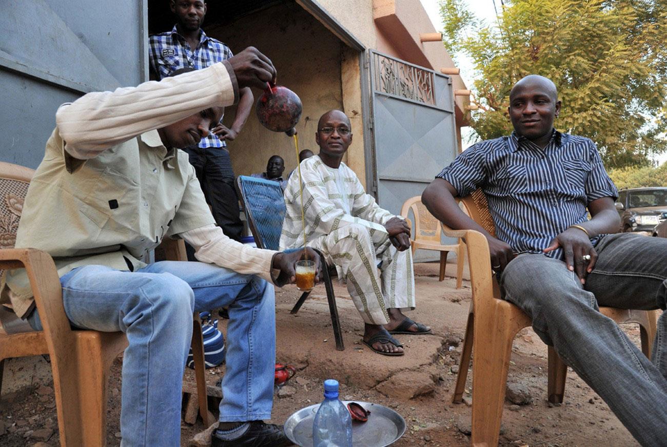 Мужчина разливает чай, фото