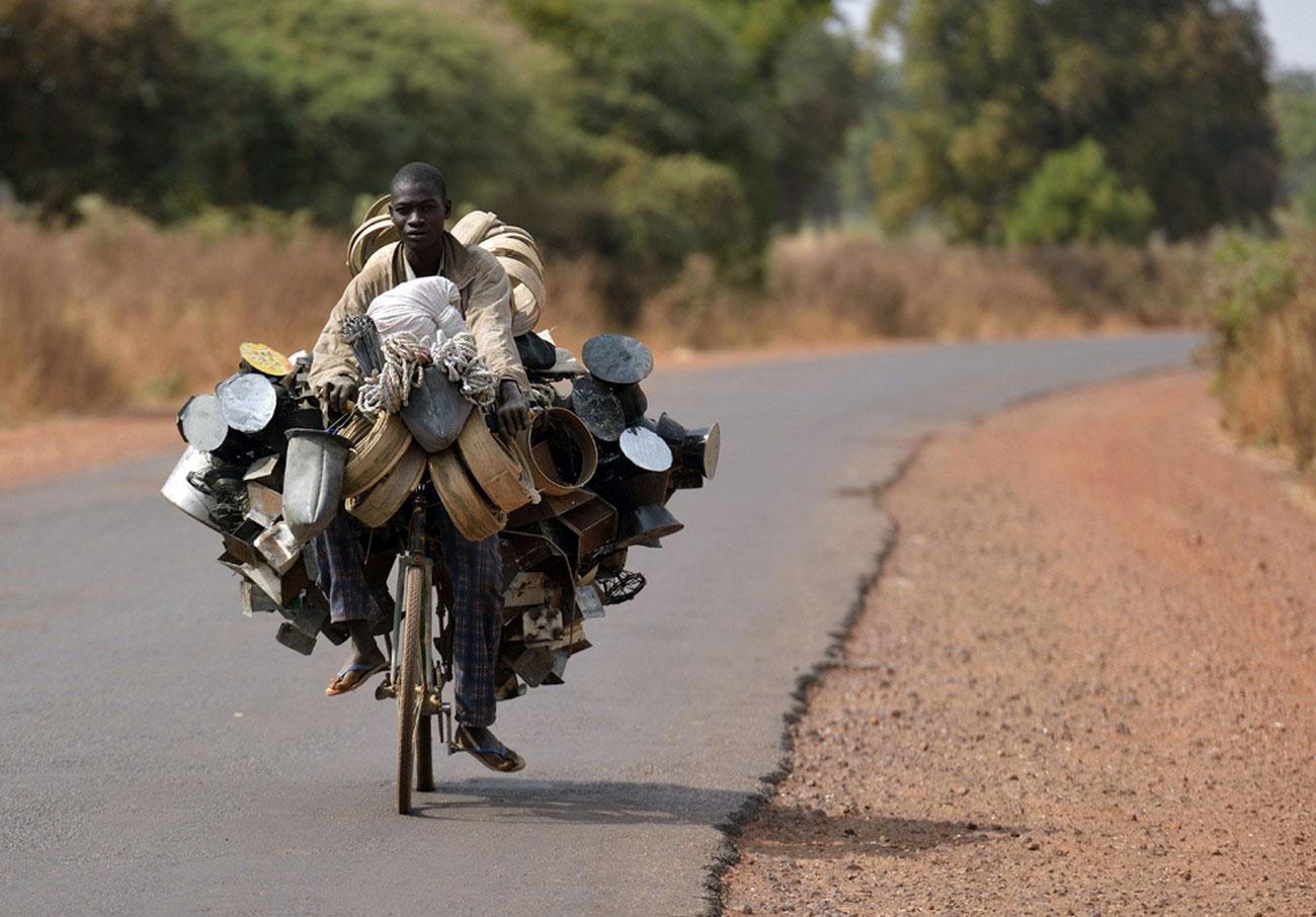 Малиец везет товар на рынок, фото Мали