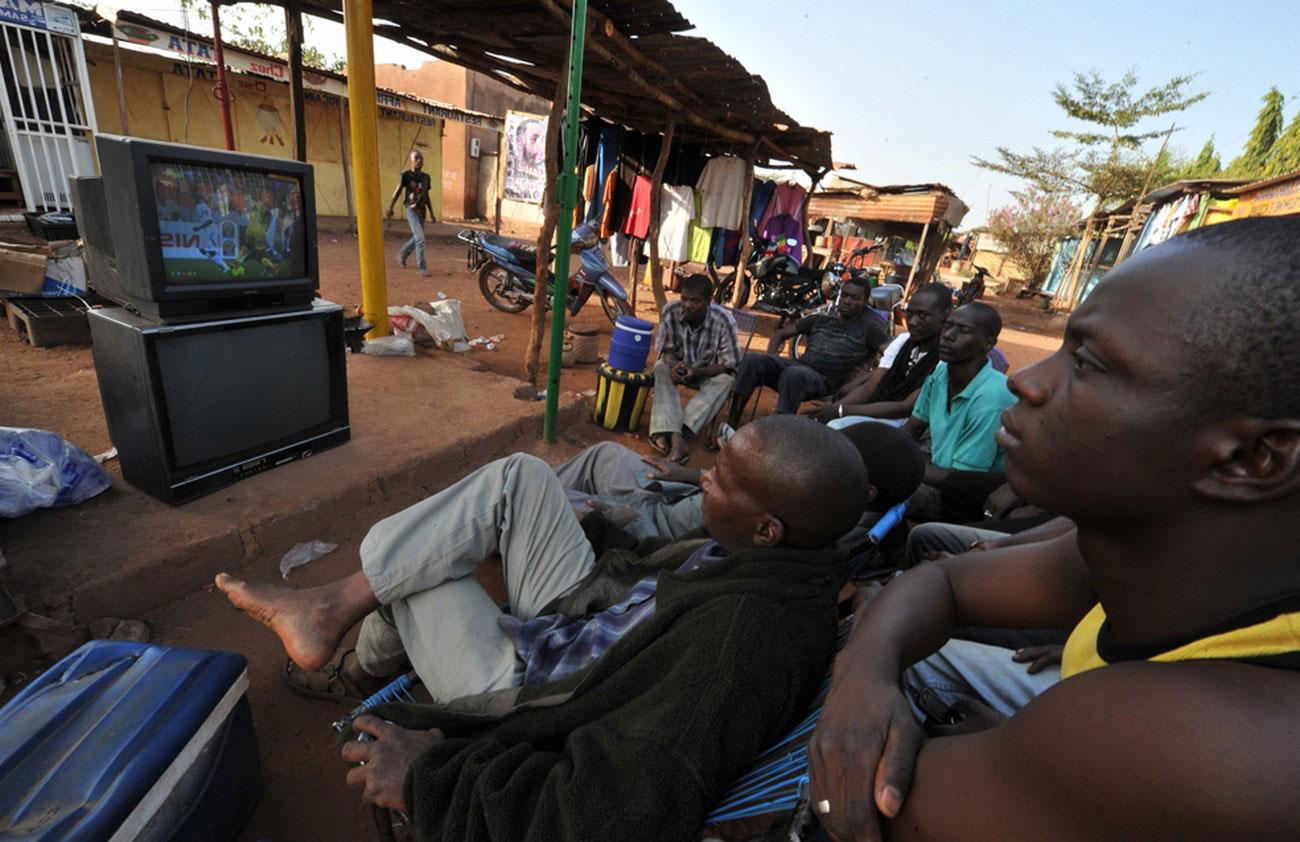Мужчины смотрят телевизор, фото