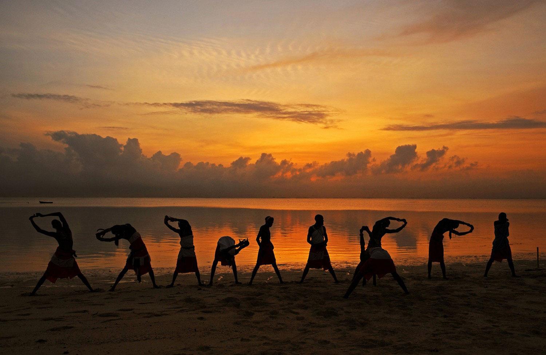 масаи разогреваются перед тренировкой, фото