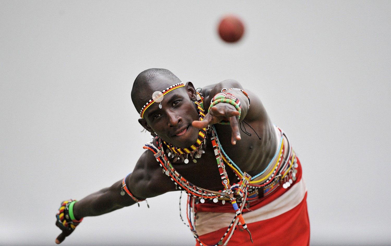 масаи бросает мяч, фото