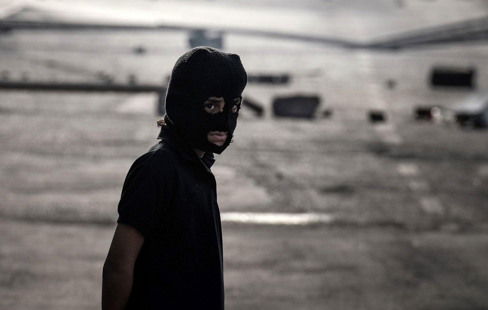 ребенок в черной маске