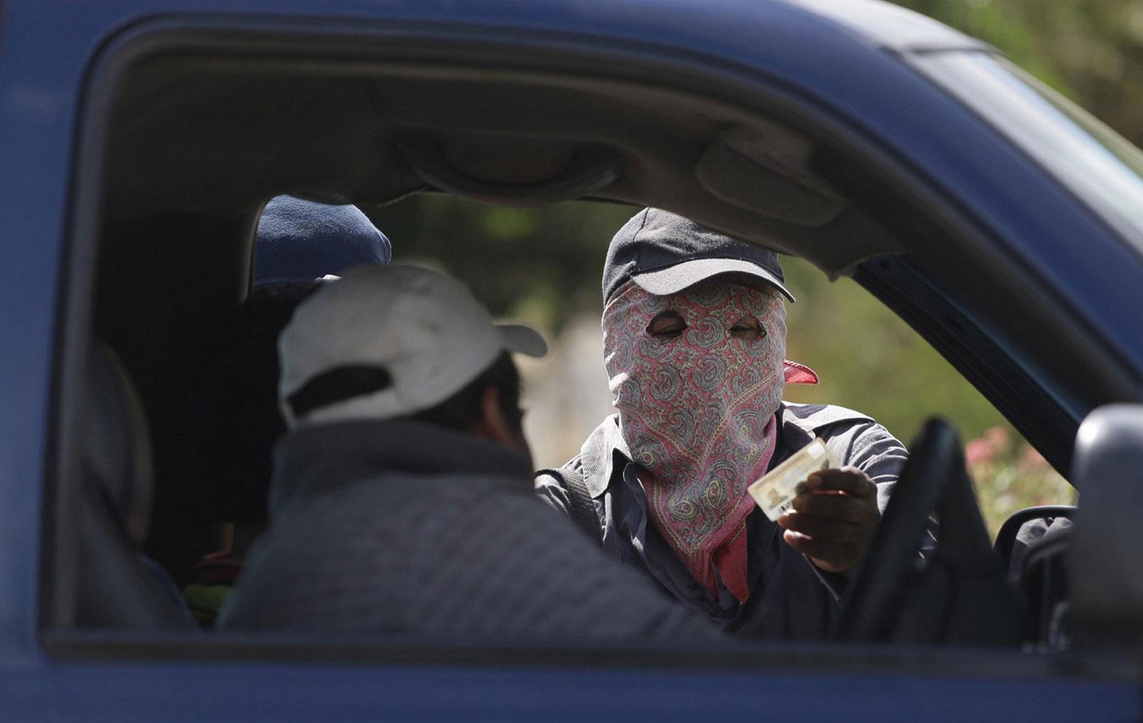 человек в маске проверяет права