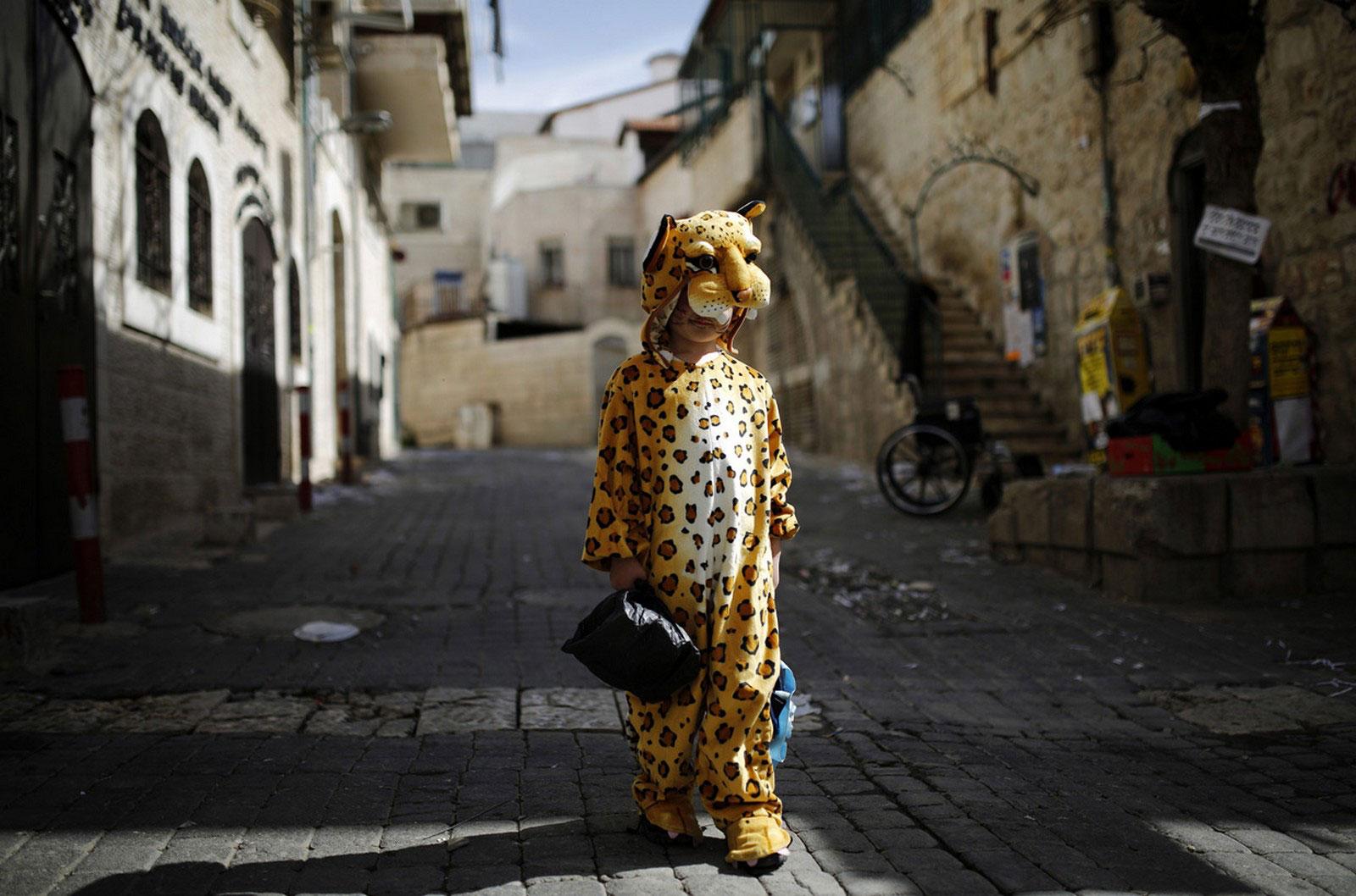 Ребенок в костюме леопарда