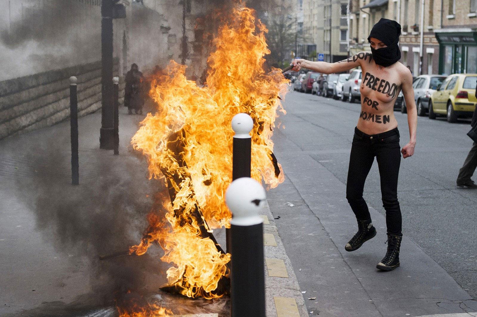 Активистка Femen в маске, фото