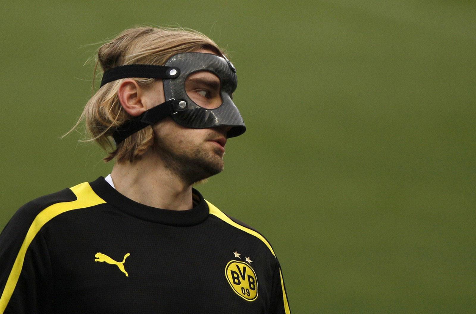 футболист в защитной маске