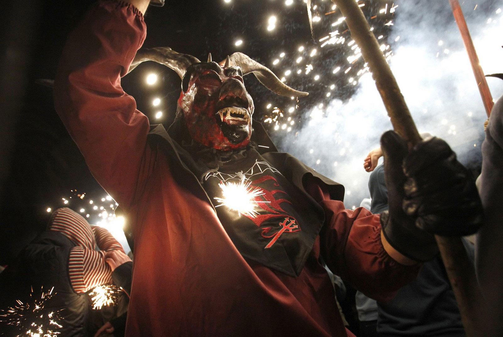 Гуляка в костюме демона