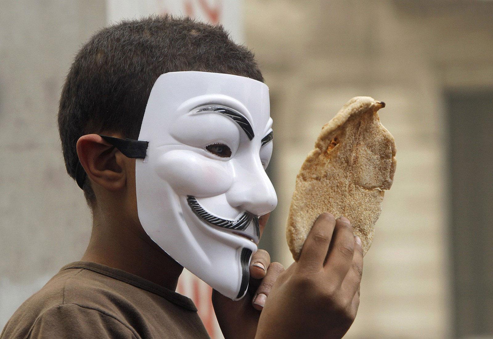 Египетский мальчик в маске Гая Фокса