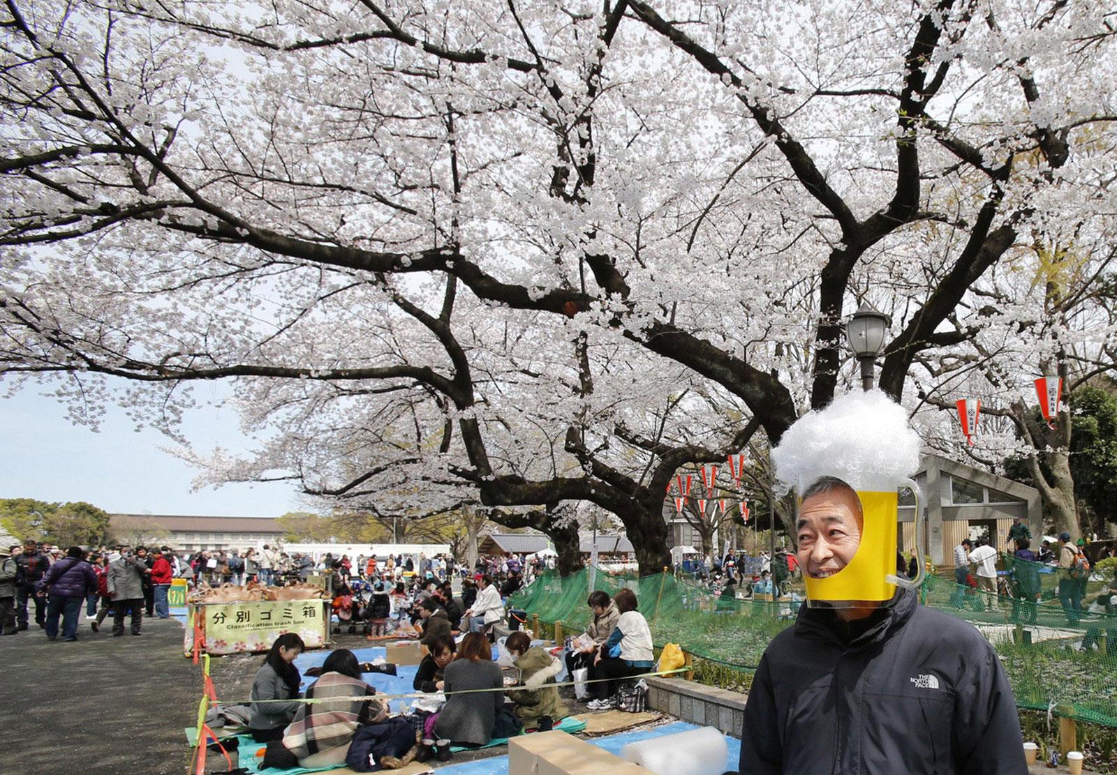 Мужчина в маске кружки пива