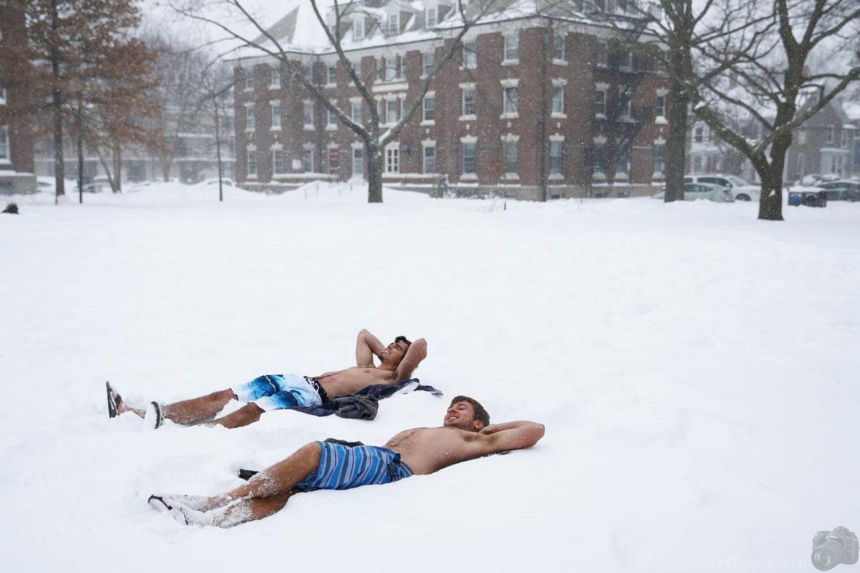 подростки лежат на снегу