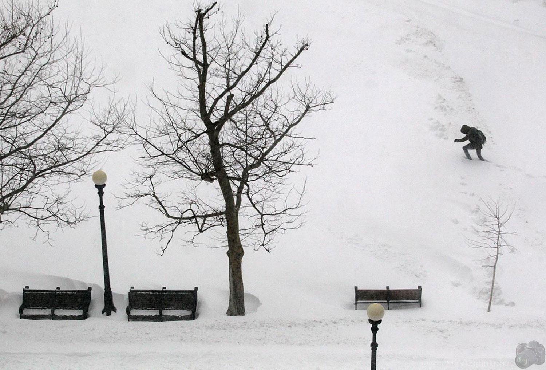 человек по колено в снегу