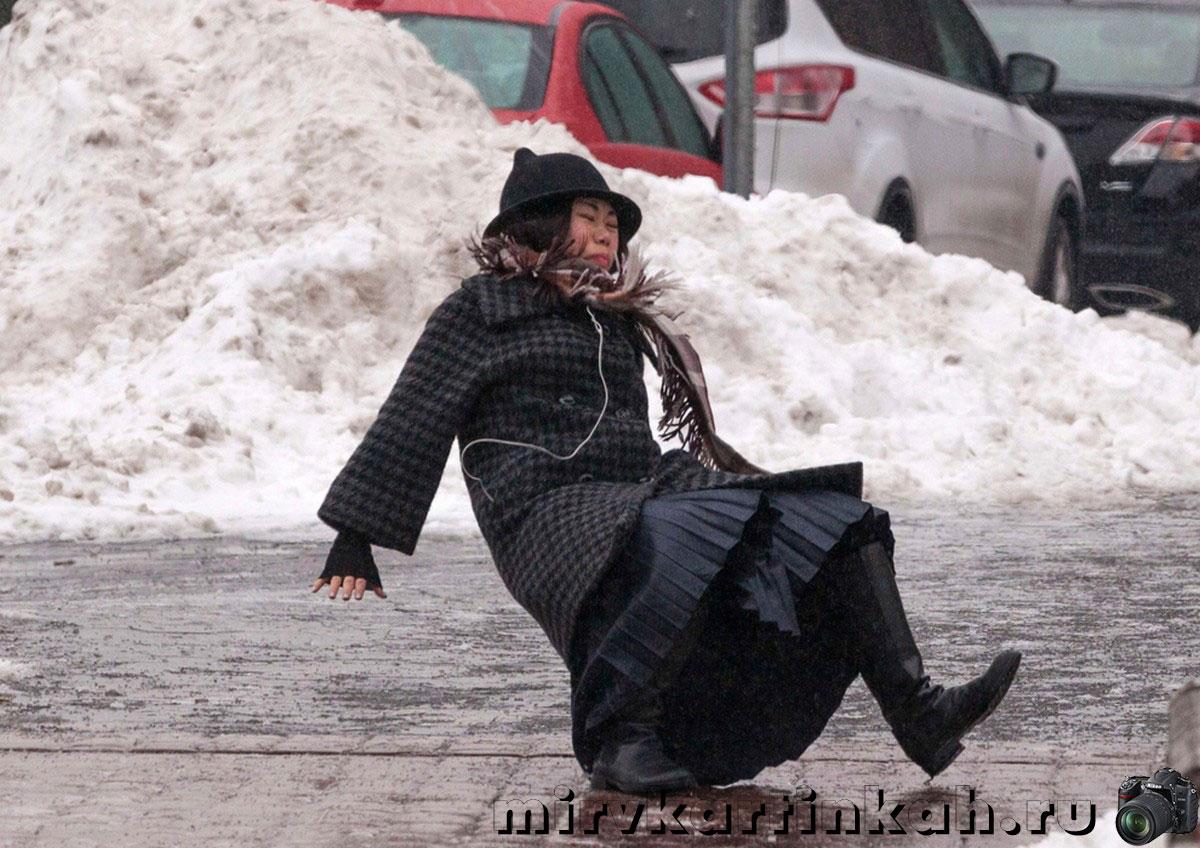 женщина падает