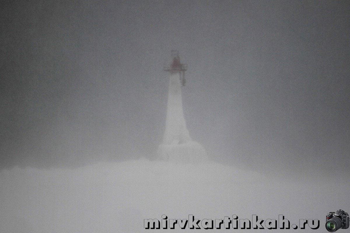 Обледенелый маяк