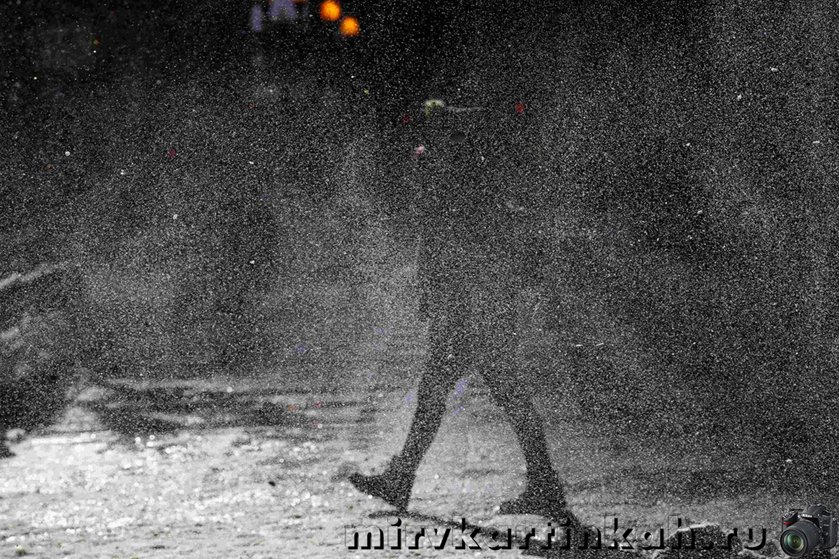 женщина в метель на улице