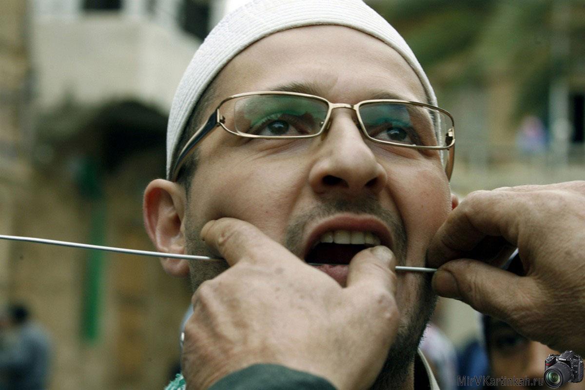 мусульманину вставляют в щеку шампур