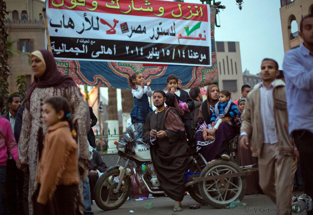 египетская семья на мотоцикле