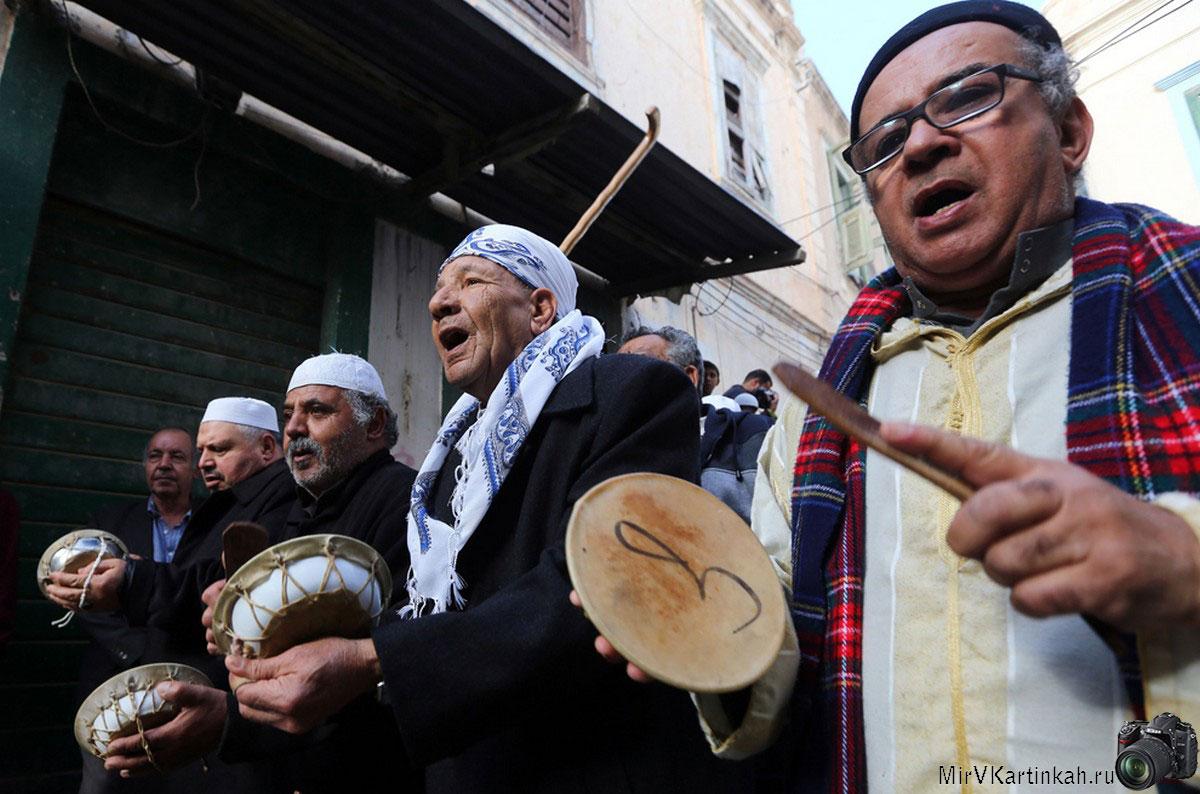 Ливийцы бьют в барабаны