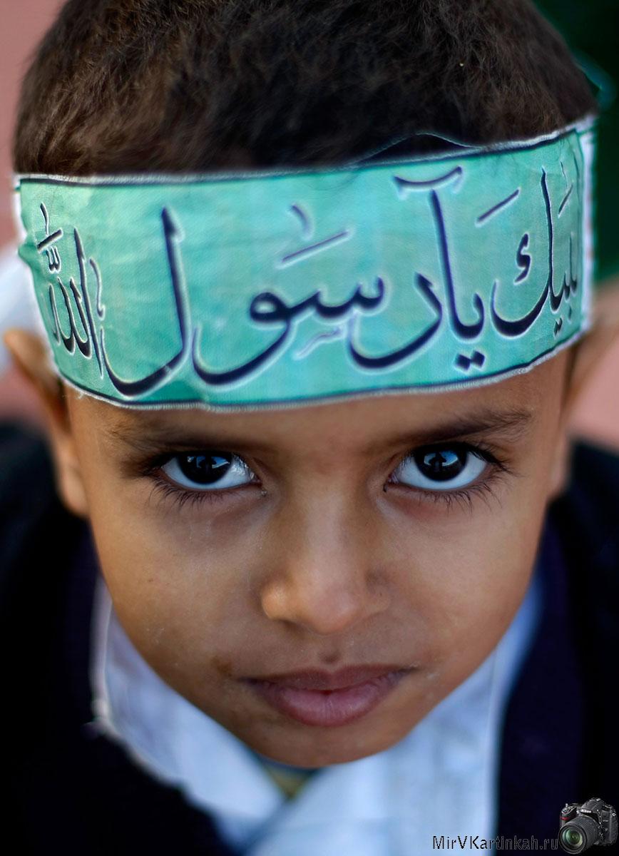 ребенок с арабской письменностью