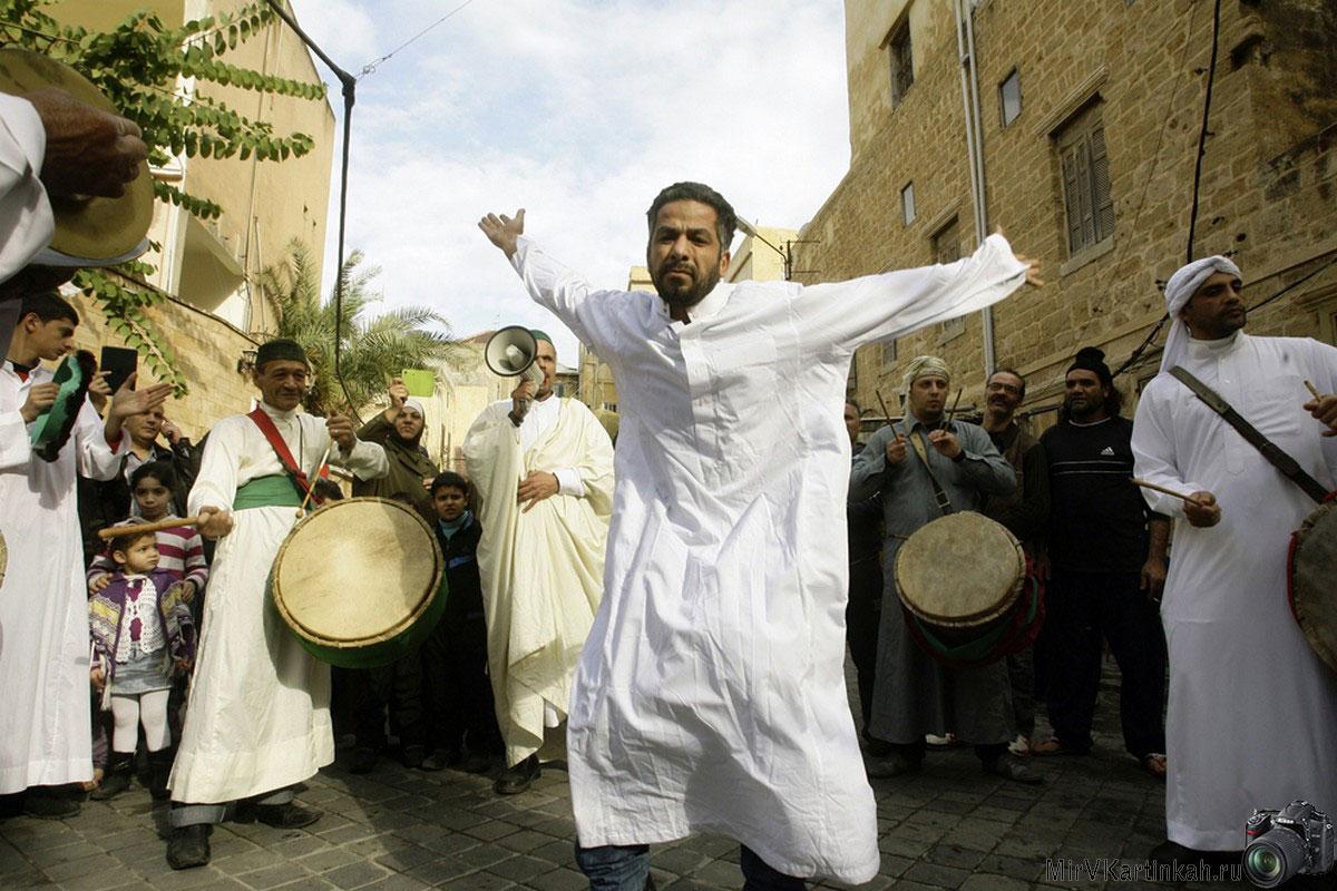 Суфийские мусульмане празднуют