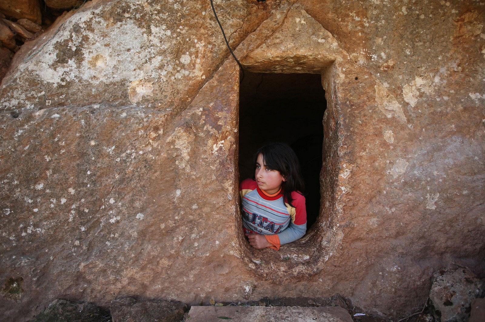 девочка выглядывает из подземной римской гробницы