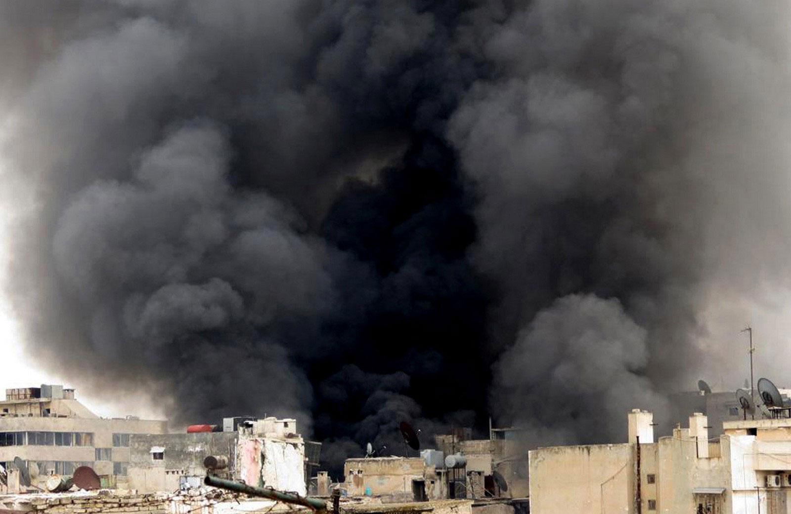 Черный дым поднимается над зданием