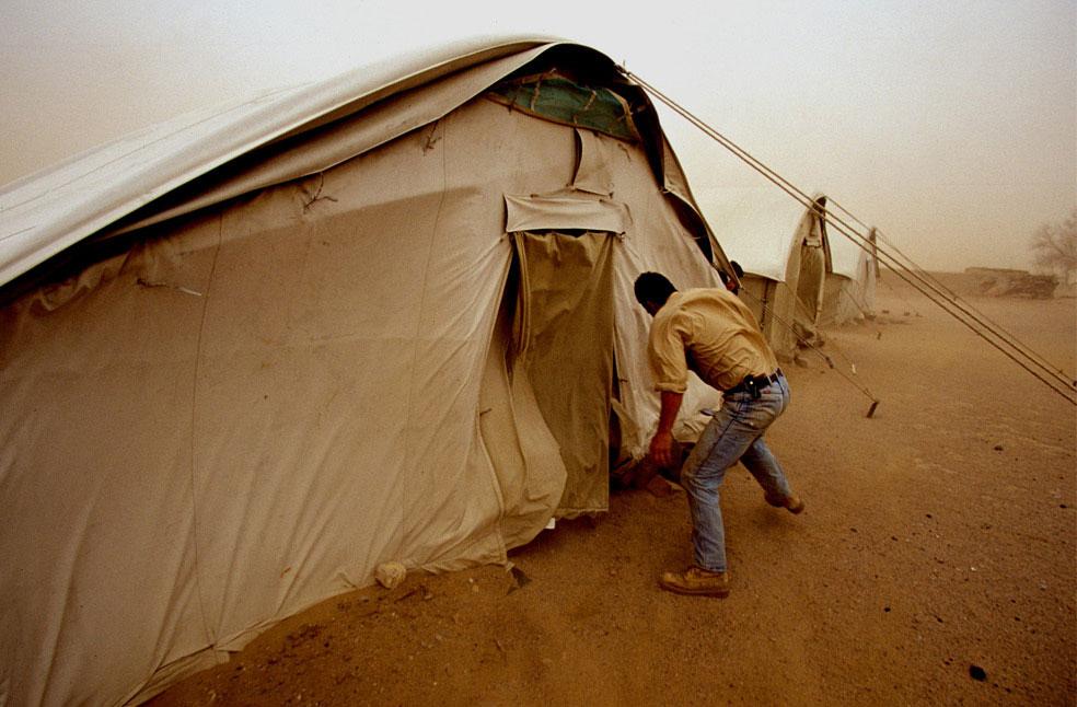 борьба с сильной песчаной бурей в пустыне, фото