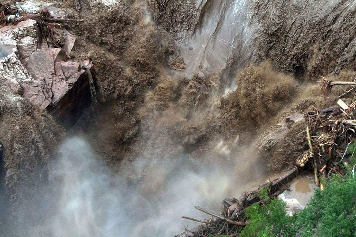 потоки грязной воды