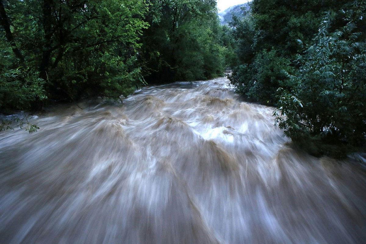 бурлящие поток воды