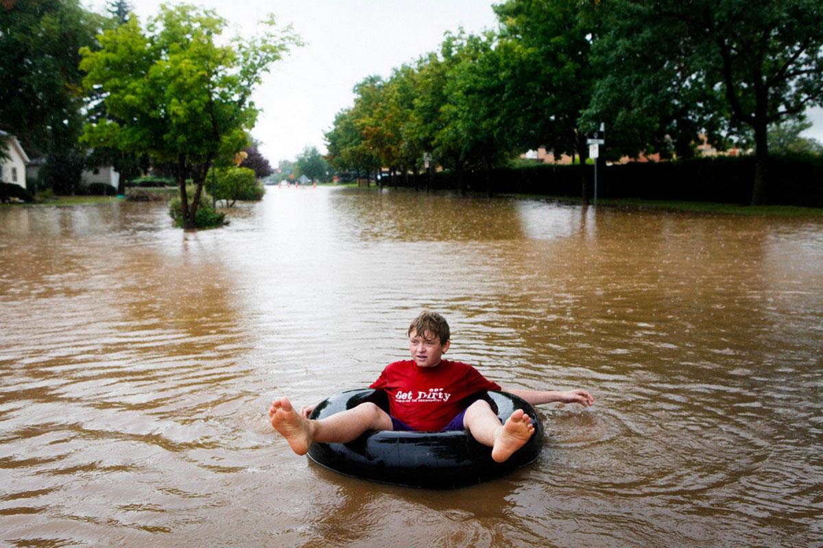 мальчик плавает в спасательном круге