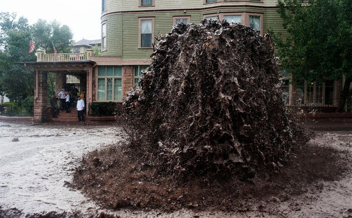 Фонтан грязи из канализационного люка