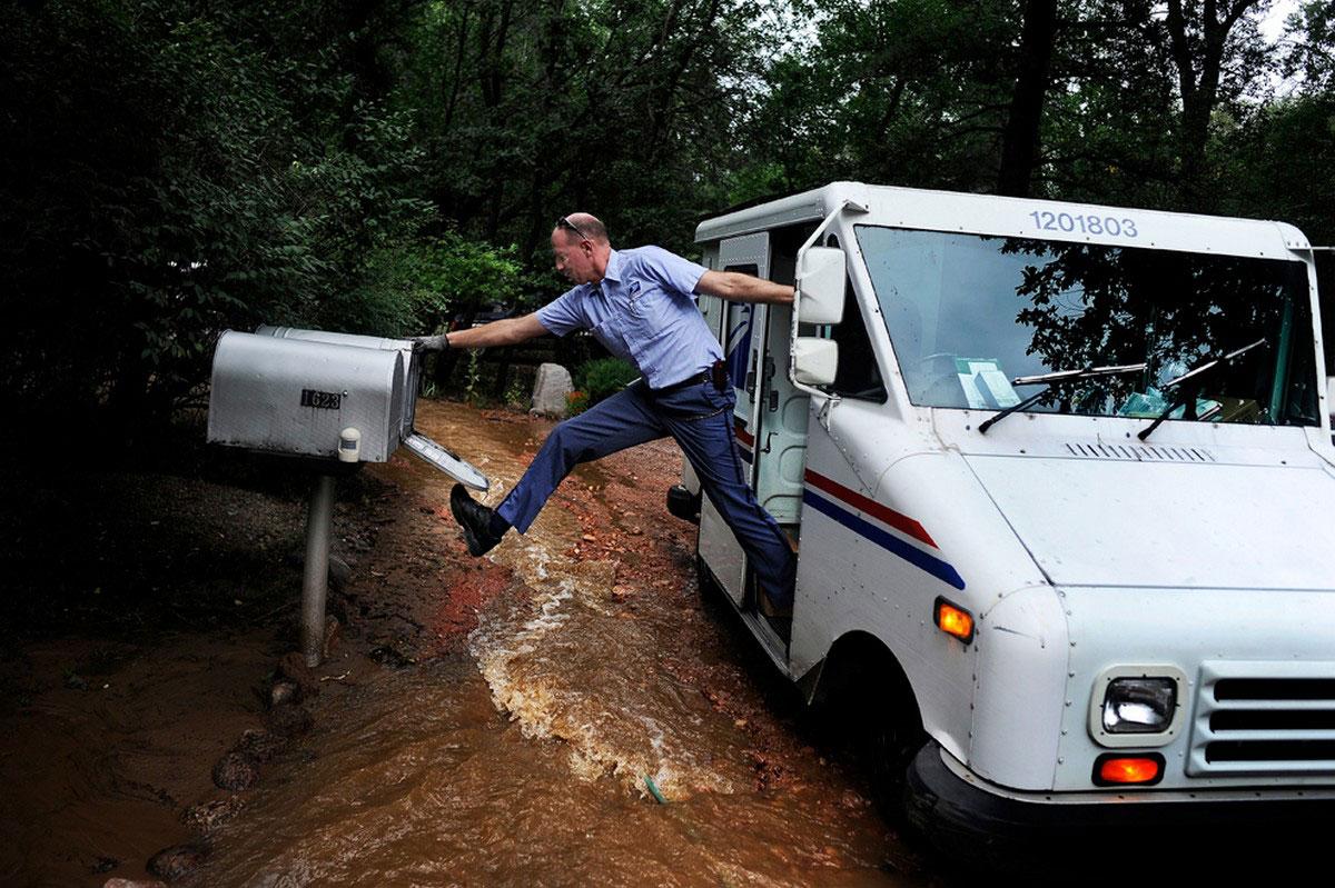 почтальон развозит газеты