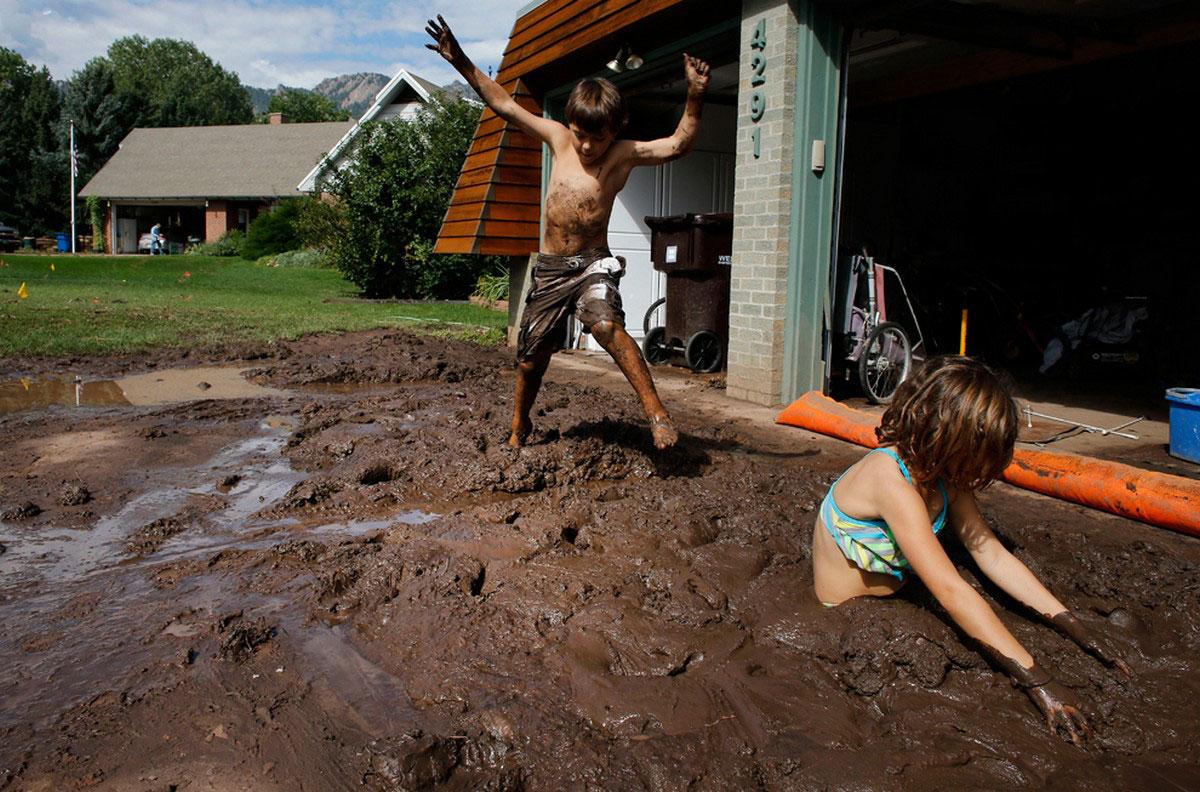 дети играют с грязью