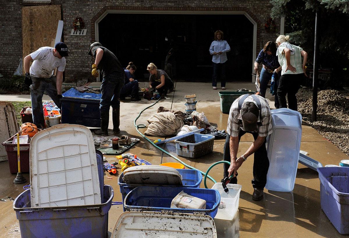 люди отмывают контейнеры