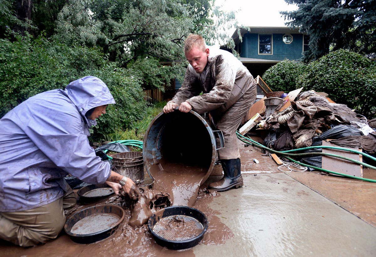 мужчины просеивают грязь