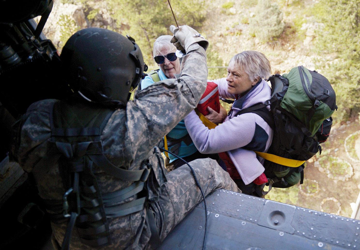 женщин поднимают на вертолет