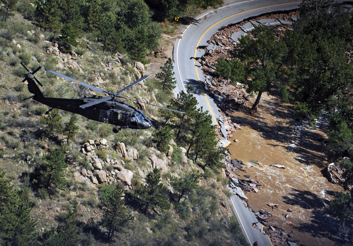 вертолет над каньоном