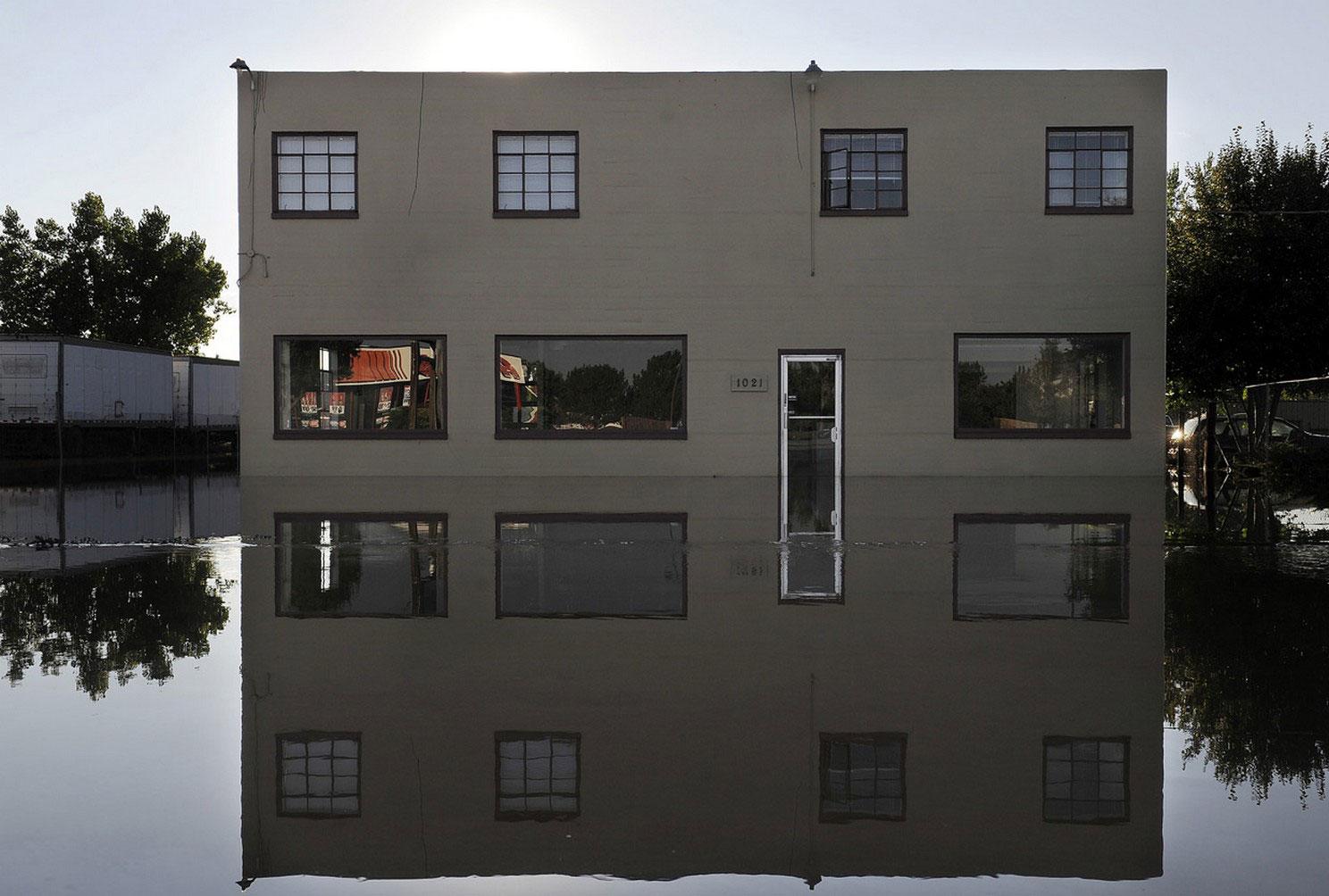 здание в паводке