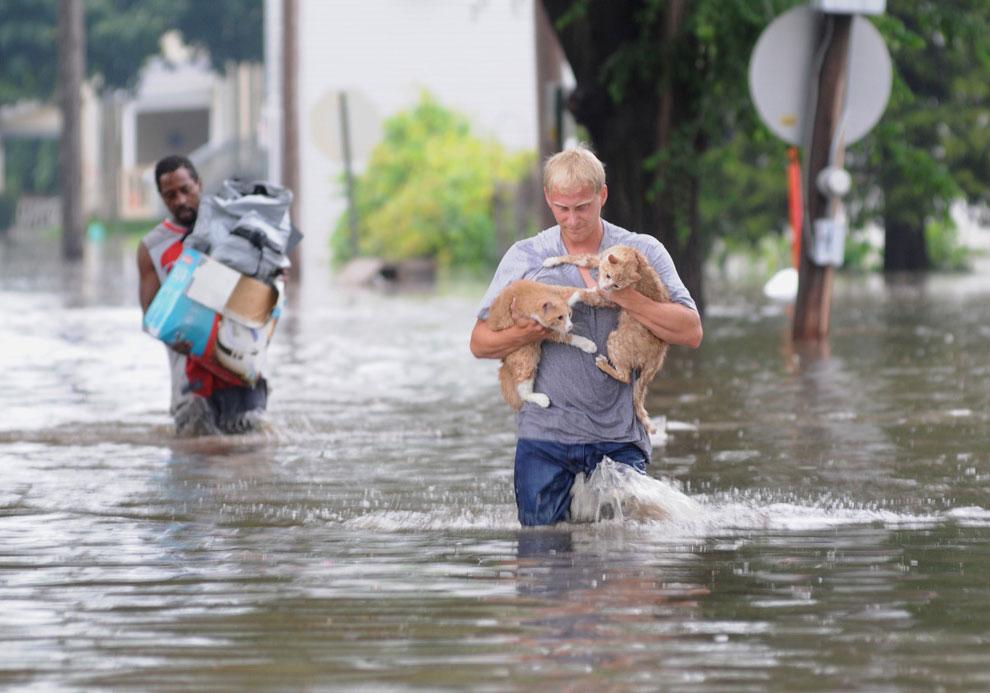 эвакуация жителей, поднятие уровня воды в реке