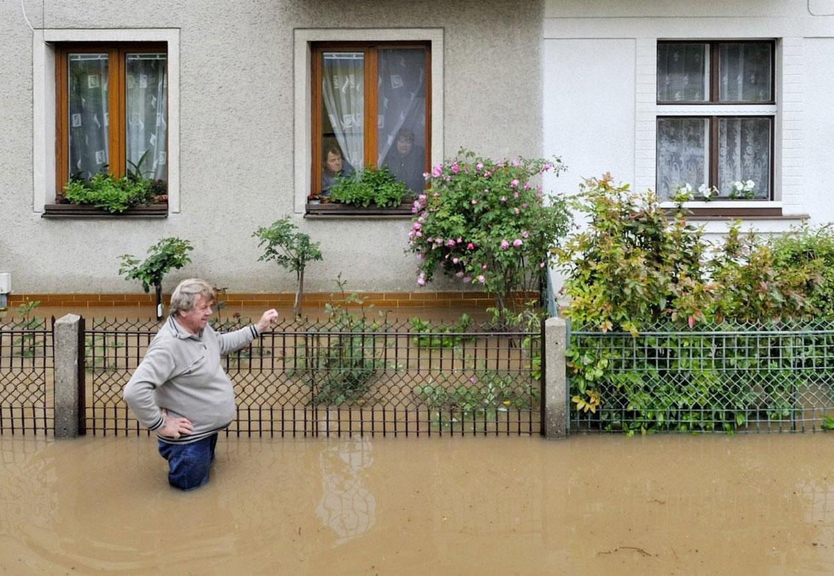 мужчина в паводковых водах
