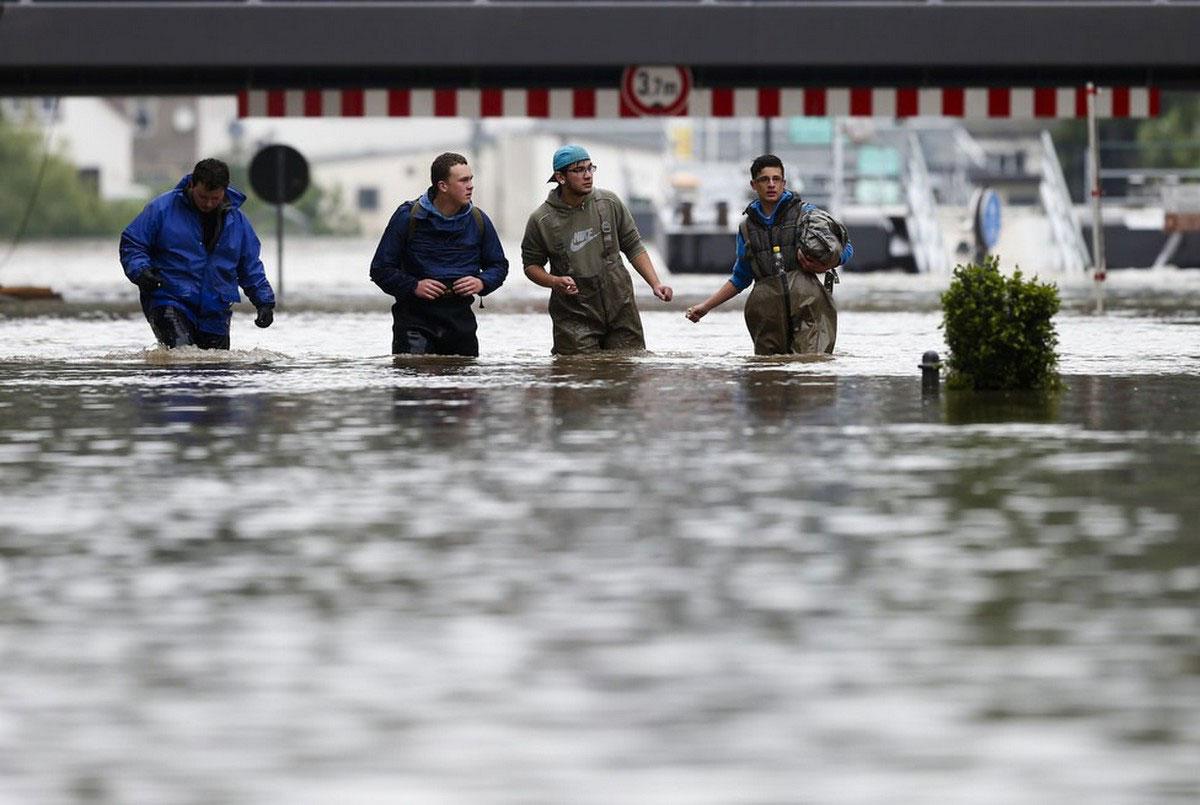 Спасатели на затопленном шоссе