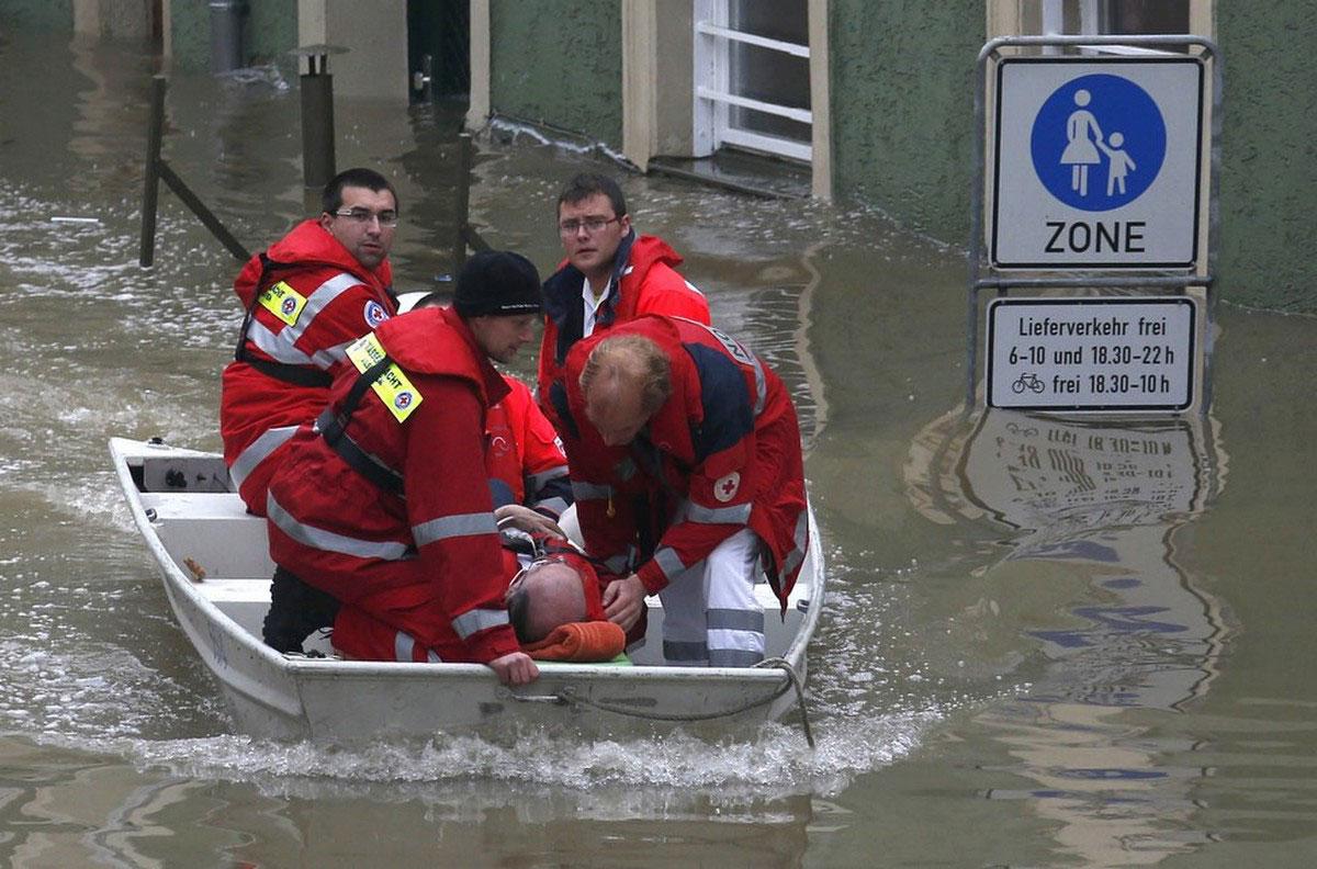 спасатели в лодке
