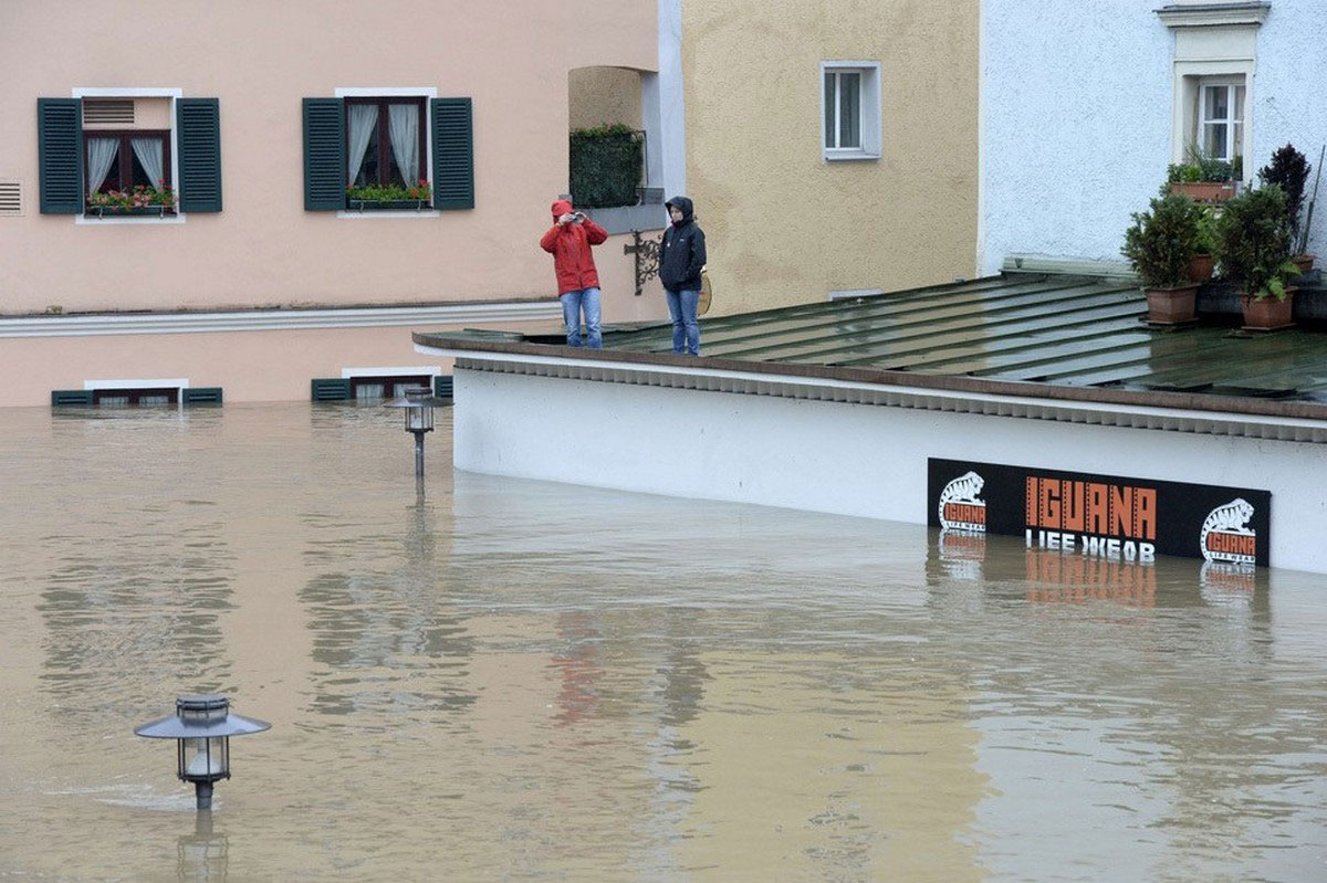люди спасаются от наводнения на крыше здания