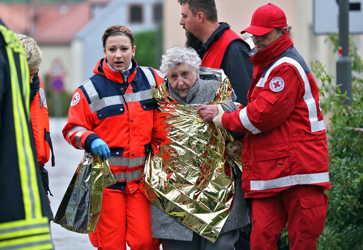 Спасатели помогают местным жителям