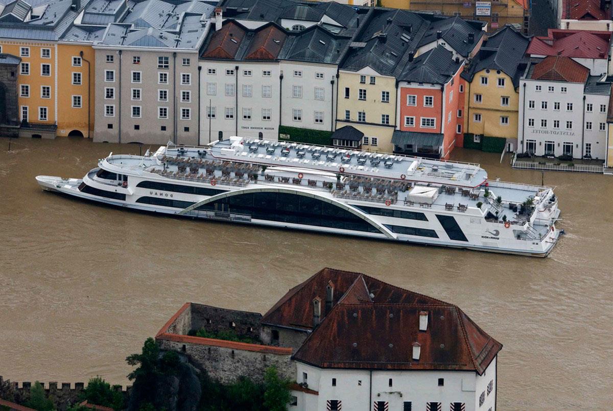 Туристический катер на реке Дунай