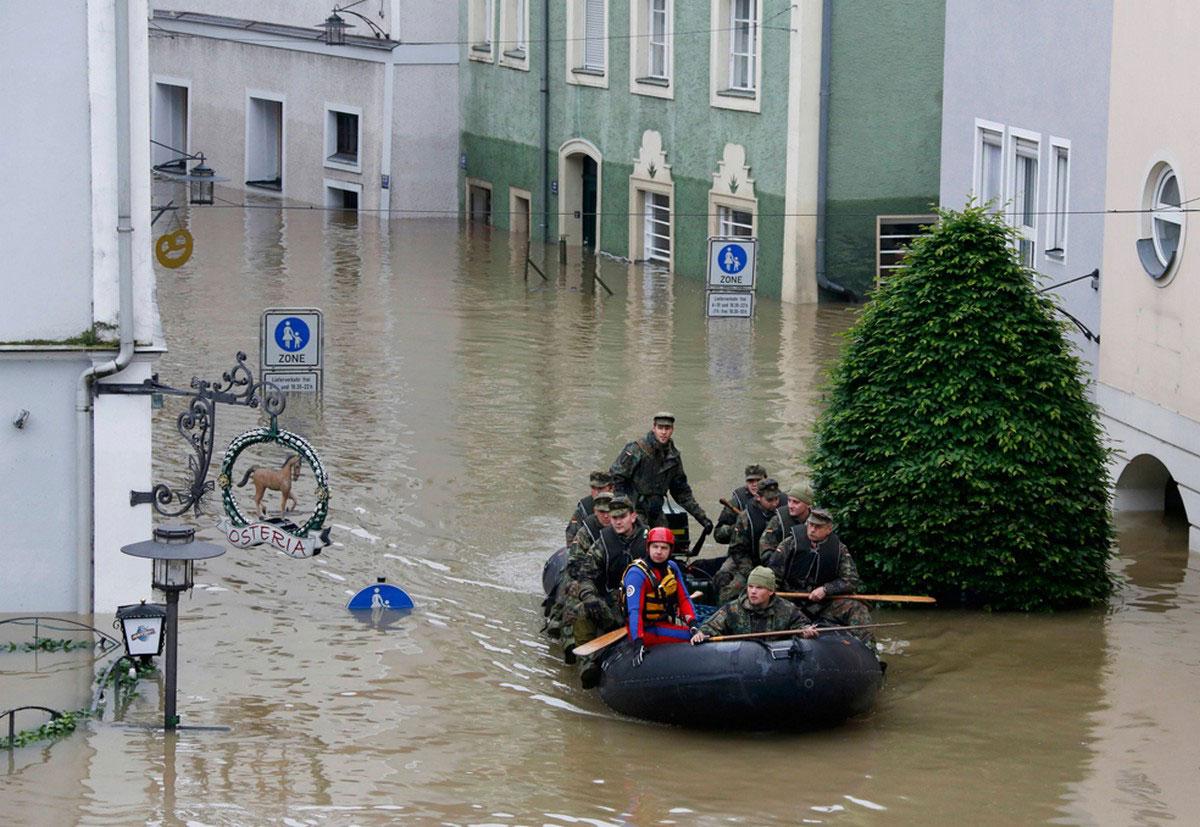 Солдаты патрулируют затопленный Пассау