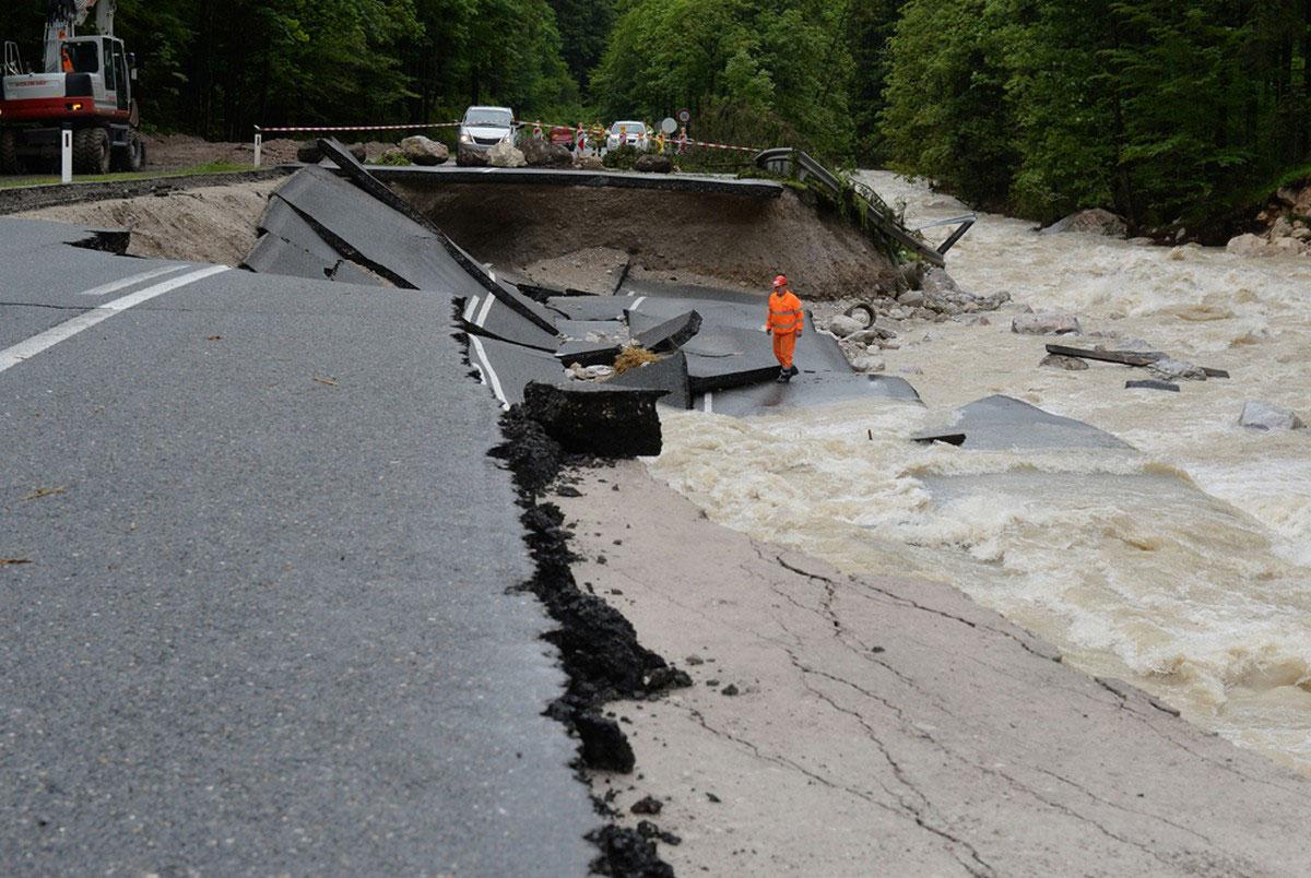 поврежденное водой шоссе