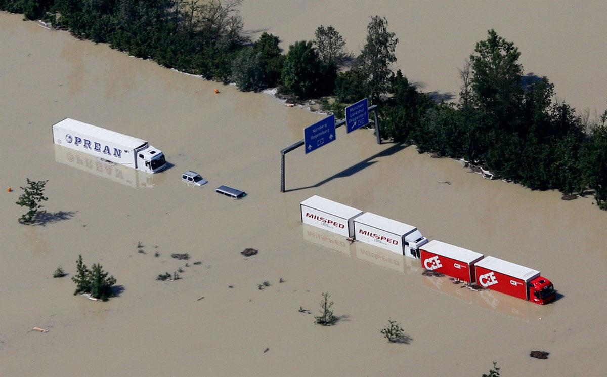 затопленный машины на трассе