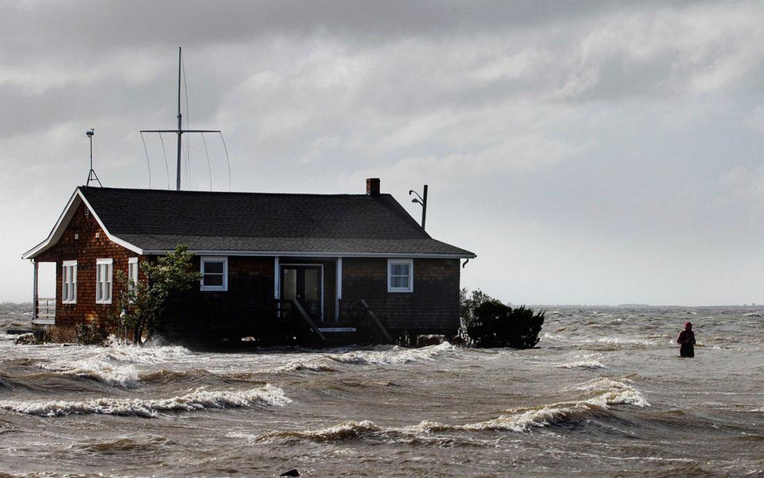 люди покидают дома, фото стихийного бедствия в Нью-Йорке