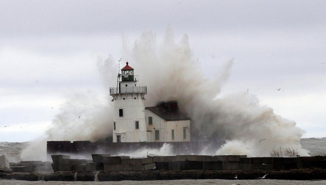 шторм накрывает маяк, фото стихийного бедствия в Нью-Йорке