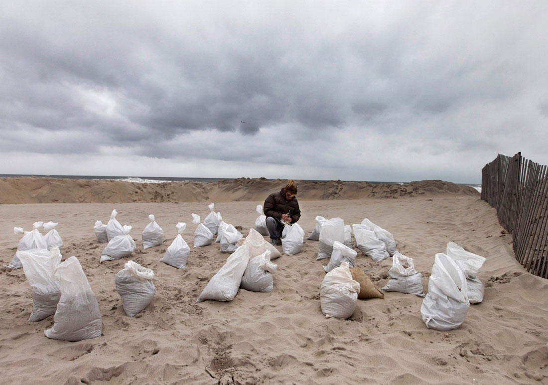 мешки с песком для преграды во время урагана, фото стихийного бедствия в Нью-Йорке